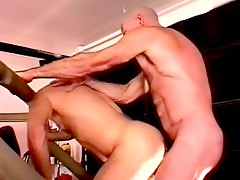 Bodybuilder bareback give asshole sex in exercise room